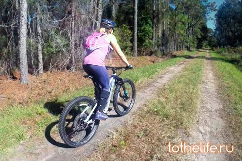 zhenskiy-velosiped-dlya-yezdy-v-lesu